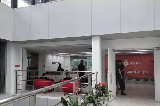 日博官网公司前台,多名公司延聘的身着黑衣的装置保人员 | 薛星星摄