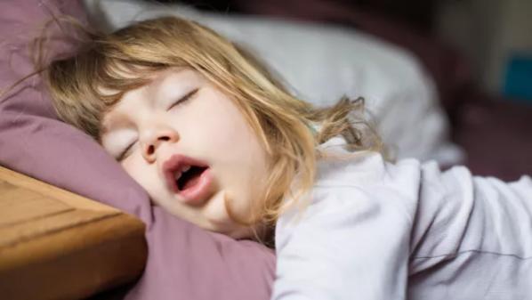 最新研究表明,对于婴儿和成年人来说,年龄不同,他们睡眠的主要原因也不一样。
