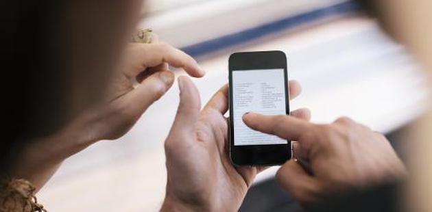 老人不会用智能手机,就活该被淘汰吗?