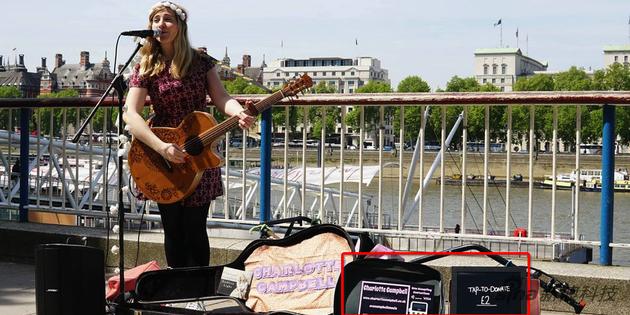 歌手夏洛特已经开始用刷卡器(图中红框)在街头表演时候收款