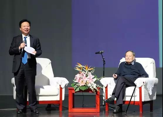 李树深校长(左)担任讲座主持人