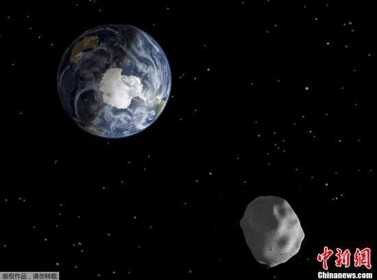 资料图:2013年,一颗直径大约为45米的小行星,成为当时天文学家所预测过的类似尺寸天体中以最近距离飞过地球的天体。图为NASA发布的小行星掠过地球的效果图。