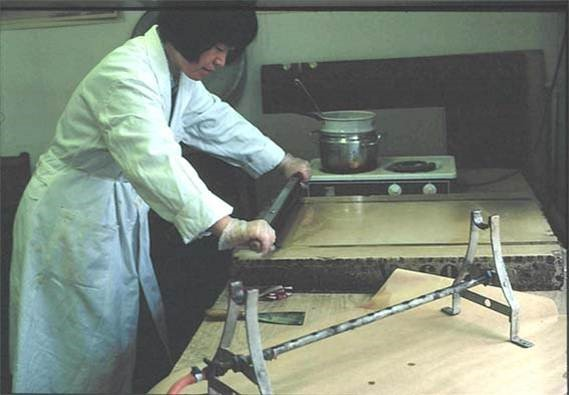 张弥曼在进行连续磨片(1981年)