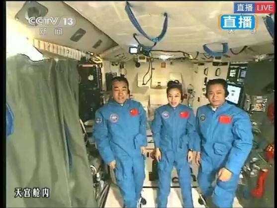 神舟十号宇航员与观众打招呼,太空授课