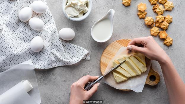 一湯匙黃油含有7克飽和脂肪,但如果用糖或麪粉代替,對健康的影響可能更糟