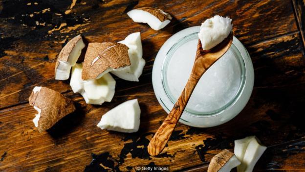 椰子油比黃油含有更多的飽和脂肪,一湯匙椰子油的飽和脂肪含量超過了女性每日推薦攝入量的一半