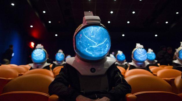 戴上这个宇航员 VR 头盔,感受第一视角的地球美