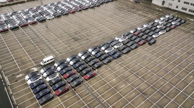2月22日停在上海港口的特斯拉Model 3與Model X電動汽車