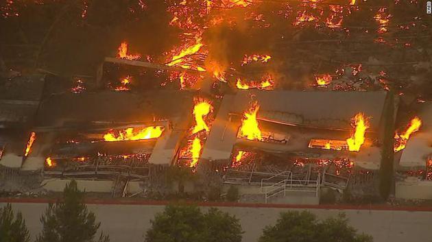 加州南部一处亚马逊配送中心起火现场无人员伤亡