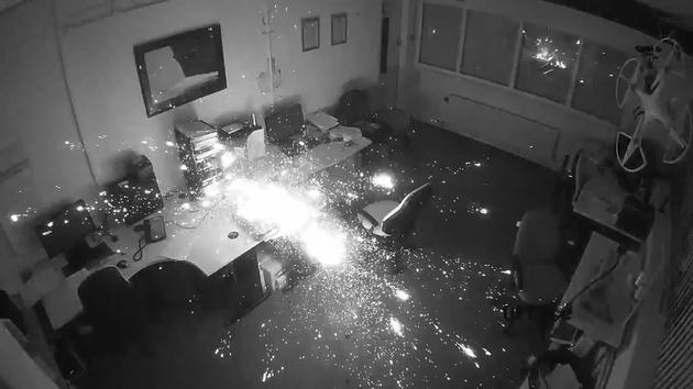 视频全纪录惠普笔记本深夜充电爆炸:办公室被烧毁