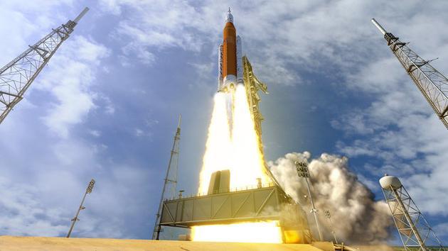 """艺术家绘制的猎户座飞船搭乘""""太空发射系统""""火箭升空的概念图。猎户座飞船将在探索任务1号项目(EM-1)中完成首次绕月之旅,时间暂定为2019年末。"""