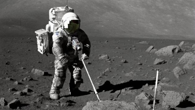 图为1972年NASA宇航员哈里森・施密特在月球表面收集月尘样本。