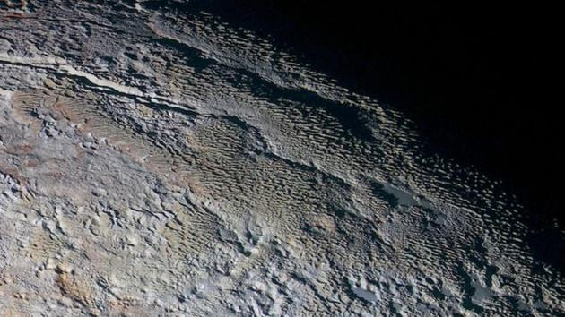 """冥王星上奇特的""""蛇皮""""地形,科学家们认为这些可能是崎岖的冰面物质,而非沙丘"""