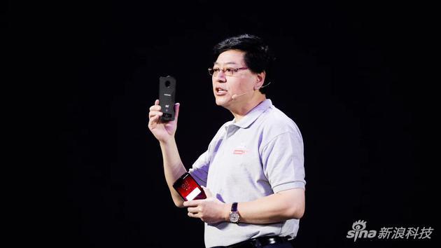 联想杨元庆展示5G模块手机