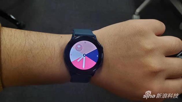 佩戴Galaxy Watch Active很轻