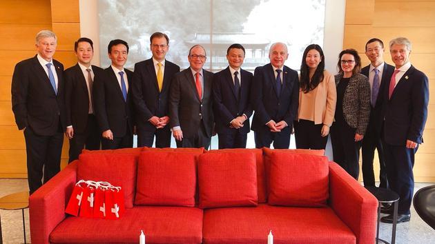 瑞士联邦主席兼财政部长于利·毛雷尔(右五)与马云