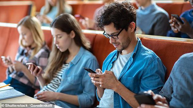 """医生还发现越来越多的人因为频繁打字患上了""""手机手""""。"""