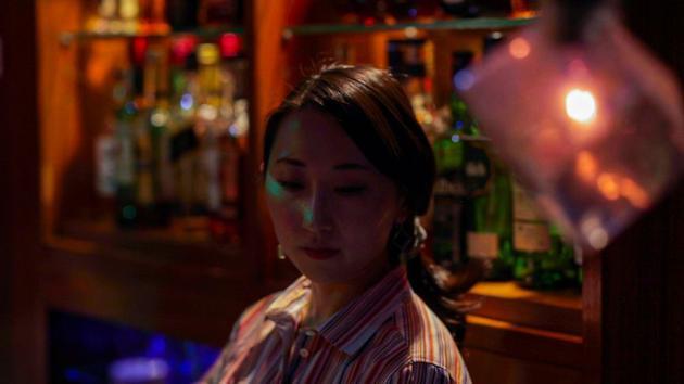 """Miki Tateishi是Hitori酒吧的调酒师。这家酒吧专为独自喝酒的人而设。Tateishi以前也是这里的常客。她认为""""这个世界正在变化""""。"""