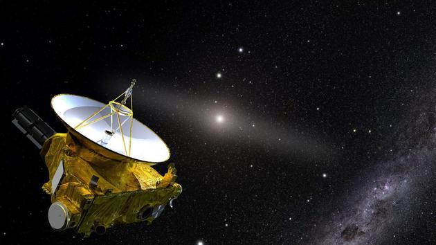 """这张艺术家绘制的是美国宇航局""""新视野号""""宇宙飞船,它在太阳系外侧运行,图片背景是太阳和黄道光发光带,这是由于灰尘反射阳光引起的,通过穿越太阳系内部以及光污染,""""新视野号""""能够揭晓宇宙有多暗?图片右下角是银河系背景恒星。"""