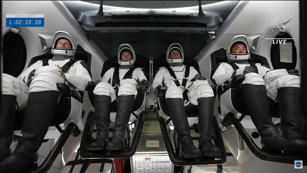 龙飞船舱内的crew-2四名宇航员