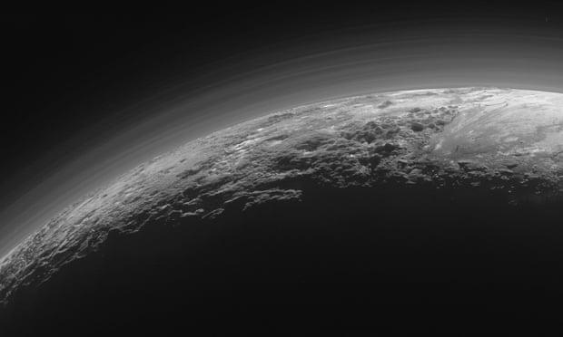 冥王星是1930年发现的,2006年,它降级为一颗矮行星,退出了太阳系行星阵列。