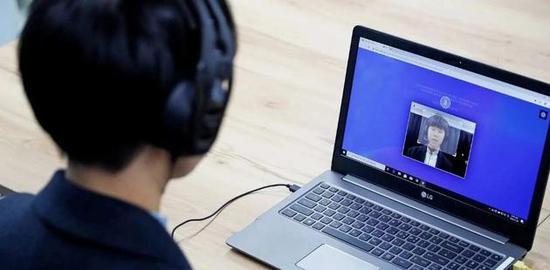 AI面试催生韩国新型补习班:面对摄像头练习用眼睛微笑