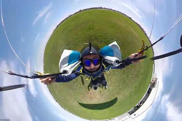 360度视角看极限跳伞:球形天空宛如蓝色泡泡