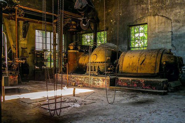 美国百年钢厂废弃后锈迹斑斑:悬挂的铁索历史感浓重