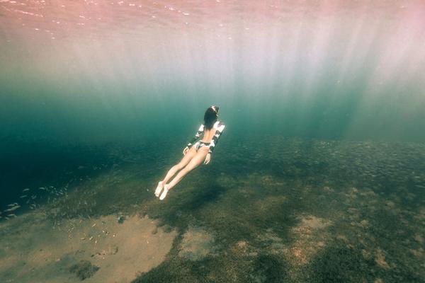 跟拍加勒比海浮潜者 阳光直射深海美得动人心魄