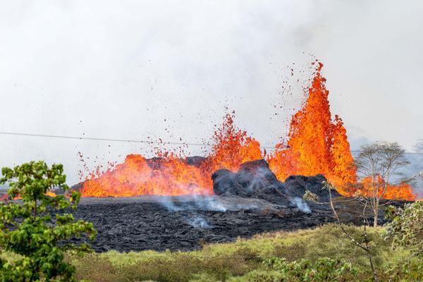 摄影师近距离拍夏威夷火山喷发 熔岩汇聚成海