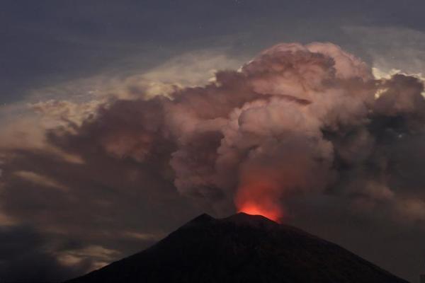 印尼巴厘岛火山喷发 火山灰高达2000米