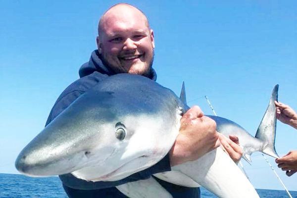 英渔民出海收获惊人 一天钓20条不同种类鲨鱼