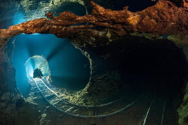 惊悚大片!斯洛伐克摄影师探秘水下废弃矿场