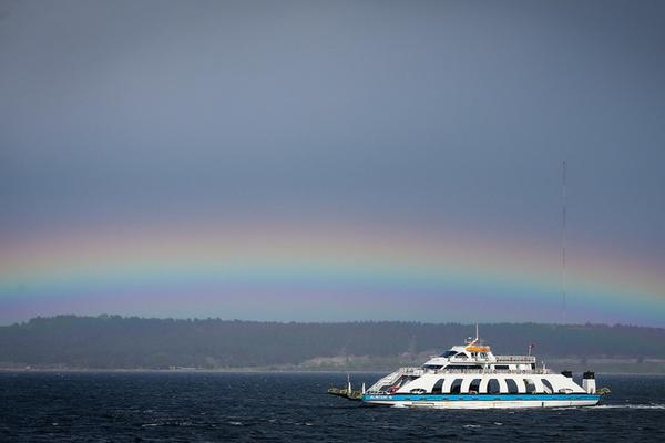 土耳其渡轮与一道美丽彩虹巧妙邂逅