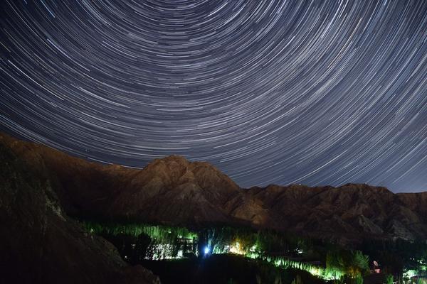 """新疆巴州:宝瓶座伊塔""""长尾巴""""流星雨闪耀夜空"""