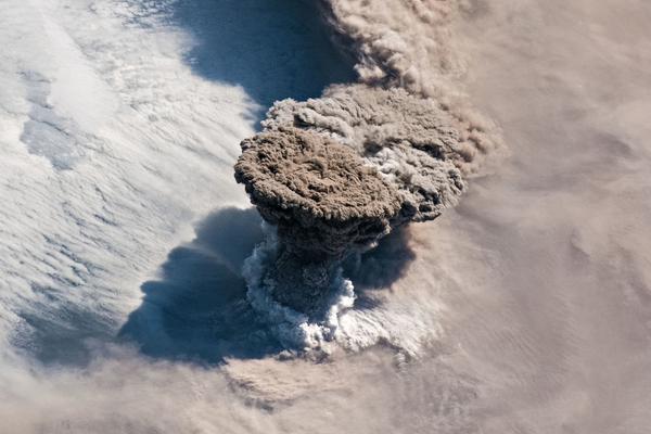 """千岛群岛一火山喷发 太空看烟灰腾空而起犹如""""蘑菇云"""""""