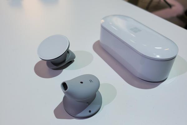 微软首款无线耳机Surface EarBuds发布 纽扣式设计