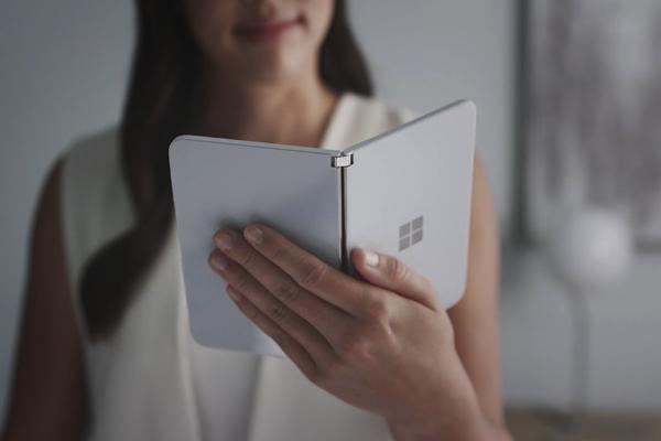 微软首款双屏手机Surface亮相 两块屏幕一个铰链实现多种操作