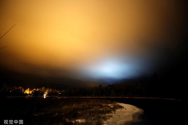 惊呆了!美国上空现罕见蓝色北极光 持续半小时