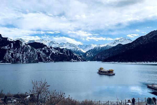 新疆天山天池景区迎来冬日降雪 景色壮美如诗如画