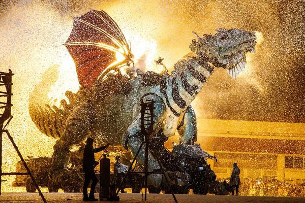"""太酷了吧!机械艺术团队造了只""""巨龙"""" 浓雾中登场震撼至极"""