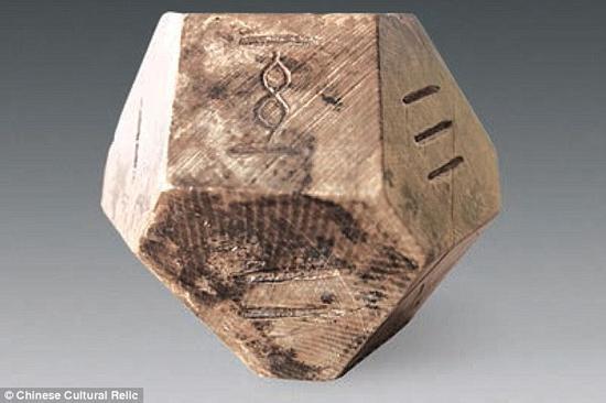 考古学家在山东省青州市的一座有着2300年历史的古墓中,找到了一枚由动物牙齿制成的14面骰子,21块标有数字的矩形旗子,以及一块破损的棋盘。