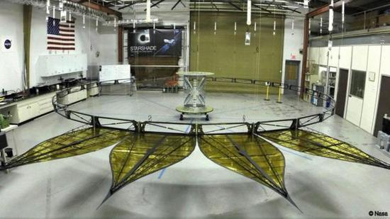"""这是在地面展开来的用以支撑""""恒星罩""""的部件结构。"""