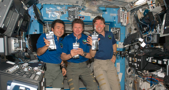 航天员正在展示国际空间站再生水回收系统的杰作—用各种废液生产的纯净
