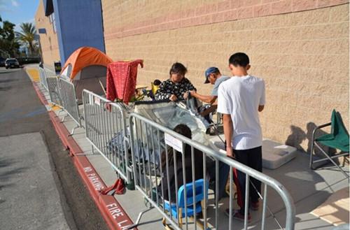 位于工业市百思买电器连锁超市门前24日午后1时左右,三组顾客排队等待黑色星期五,其中排在第三位的是华裔家庭。(美国《世界日报》/启铬 摄)