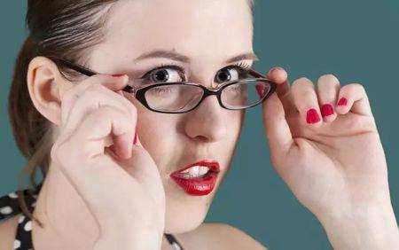 戴框架眼镜看东西变形