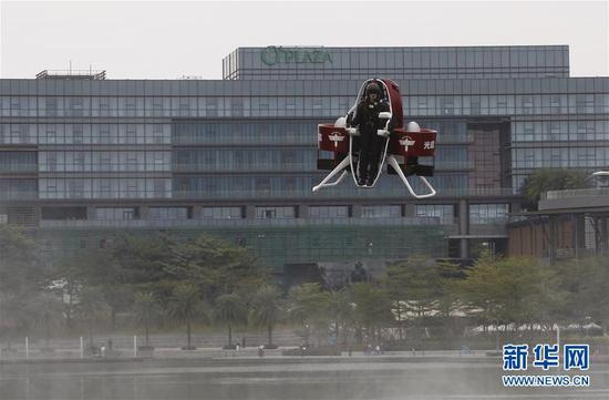 12月6日,来自澳大利亚的飞行员迈克尔·里德驾驶马丁飞行包升空。新华社发
