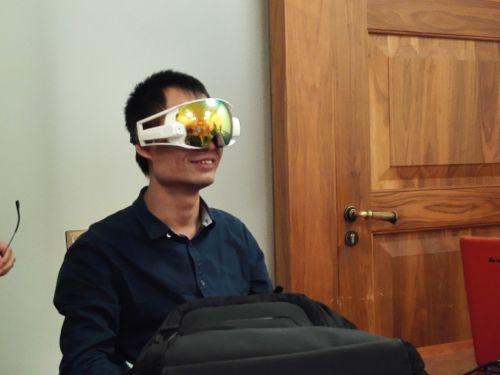 黑马学员现场试戴智能滑雪眼镜,其在眼前呈现的虚拟键盘非常酷 | 摄影 王冀