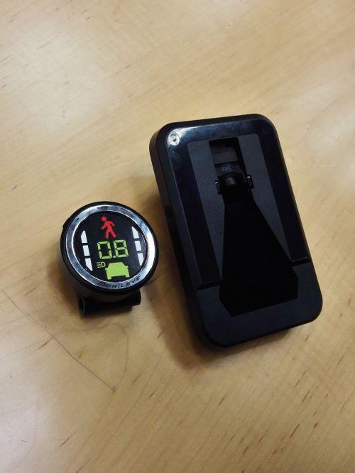Mobileye的产品套装,左侧圆形的是安装在风挡上的摄像头,右侧为数据处理装置 | 摄影 王冀