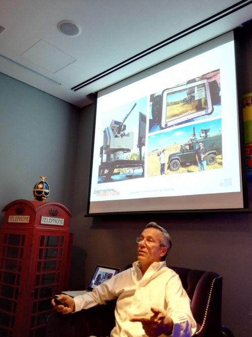 "General Robotics创始人讲述产品,屏幕上像机关炮一样的装置,就是可在1秒内反击对手的""机械战警"" | 摄影 王冀"